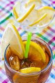 стакан колы с льдом и лайм — Стоковое фото