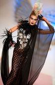 Modelka nosí oblečení od catalin botezatuファッションモデルは、catalin botezatu によって作られた服を着ています。 — ストック写真