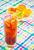 Bicchiere di cola con ghiaccio e calce — Foto Stock