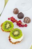 čerstvé koláče se smetanou a ovocem — Stock fotografie