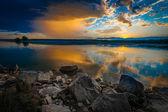 Nehir üzerinde gündoğumu veya günbatımı — Stok fotoğraf
