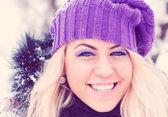 Ritratto di donna abbastanza all'aperto in inverno — Foto Stock