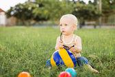Niño jugando con pelotas — Foto de Stock