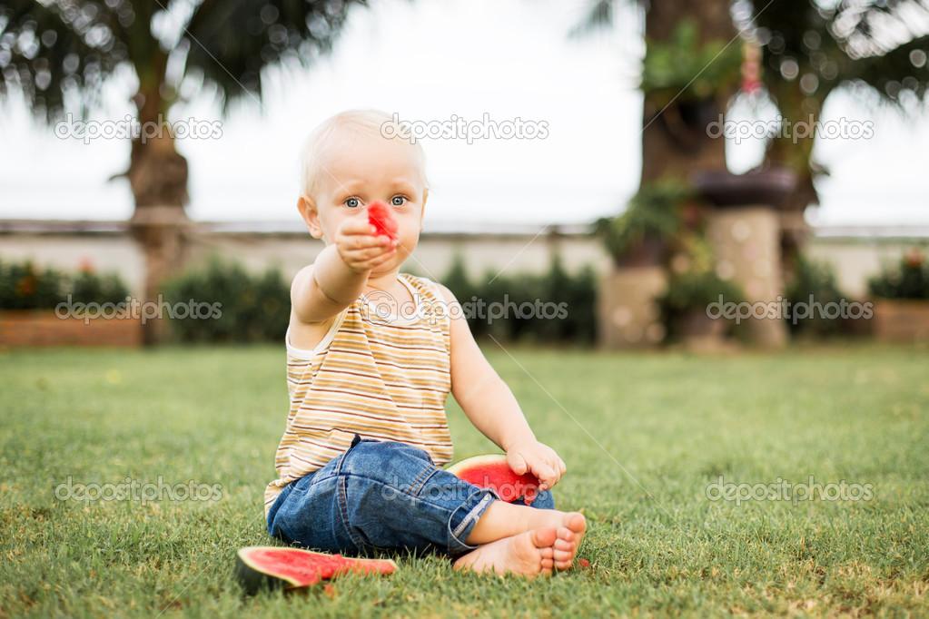 小男孩吃西瓜 — 图库照片