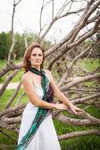 žena na pozadí suchých stromů — Stock fotografie