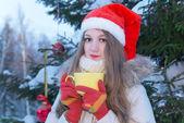 Chica con taza amarilla — Foto de Stock