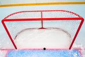Hokejové cíle s puk na červenou čáru — Stock fotografie