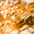 Golden accessories in the display window of a jewellery store — Stock Photo