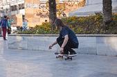 Jungen skater üben auf skulptur-platz in bursa, die viertgrößte stadt der türkei — Stockfoto