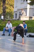 Jovens dançando ao ar livre na praça heykel, bursa, turquia — Foto Stock