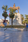 Young skaters practicing in Heykel Square in Bursa, the forth largest city of Turkey — Stock Photo