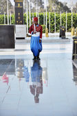CAIRO, EGYPT - APRIL 09, 2014: Young guard standing at the tomb of Sadat Anwar in traditional uniform holding a sword on April 9, Cairo, Egypt — Stok fotoğraf