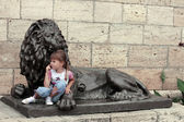 Lion near the Proval lake and little girl — Stock Photo