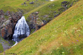 Cascada niña trenzas entre las montañas del norte del cauca — Foto de Stock