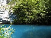 Lilla blå sjön mitt i kaukasus — Stockfoto