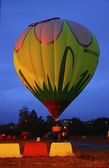 Hot air baloon starting to fly in the evening sky — Stock Photo