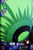 Heissluft-ballon starten in den abendhimmel fliegen — Stockfoto