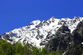 Caucasus mountains under snow and clear blue sky — Stock fotografie