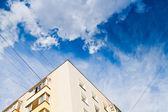 Nya urbana huset under mörka blå himmel — Stockfoto