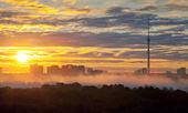 Wcześnie rano ciemno żółty miejskich wschód — Zdjęcie stockowe