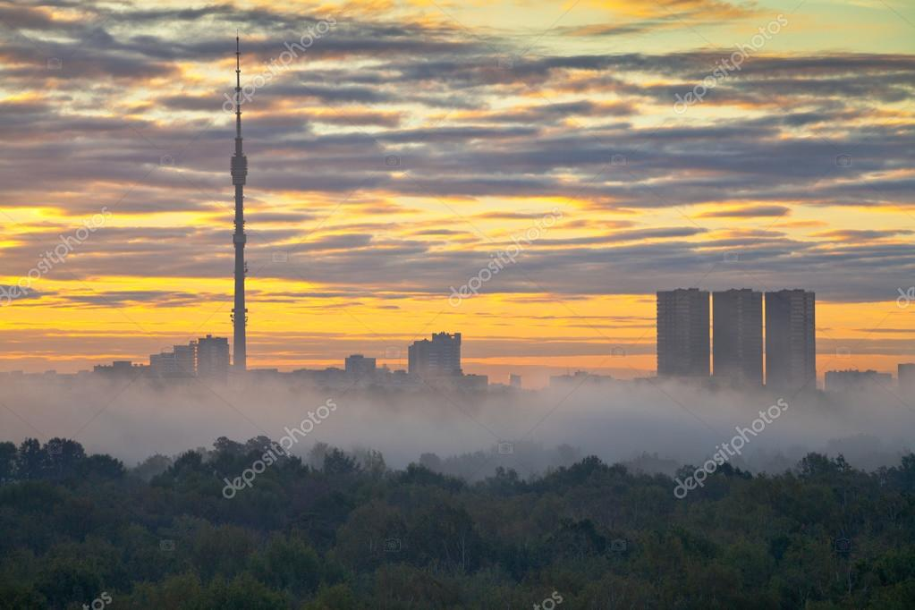 Morning fog at autumn city sunrise — Stock Photo #12958481