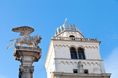 Ailes de lion et la tour du palazzo del capitanio à padoue — Photo