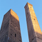 Due Torri - symbol of city under blue sky in Bologna — Stock Photo