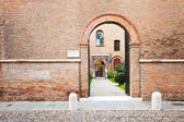 Brick enceinte and ache gate in medieval town — Stock Photo