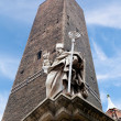 Garisenda tower and the statue in Bologna - Foto Stock