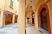 Rua e arcadas em bologn — Foto Stock