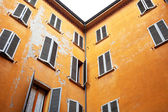 Typical old urban house walls in italian urban patio — Stock Photo