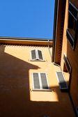 Mañana soleada en patio urbano italiano — Foto de Stock