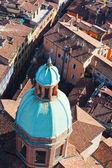 Vista da torre asinelli na via san vitale em bolonha — Foto Stock