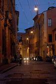 Calle en el distrito histórico de bolonia en la noche — Foto de Stock