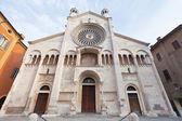 Vooraanzicht van de kathedraal van modena, Italië — Stockfoto