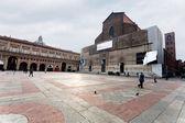 Piazza maggiore con palazzo dei banchi y basilica di san petr — Foto de Stock