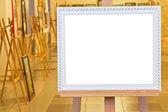 Quadro branco em cavalete no hall da galeria — Foto Stock