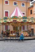 Merry-go-round carrousel op stadsplein — Stockfoto