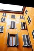 Typical old urban house walls in italian urban patio — Foto Stock