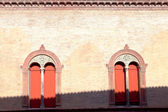 Windows in muur van middeleeuwse palazzo — Stockfoto
