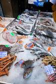 Cool frischfisch auf eis am markt auf der strasse — Stockfoto