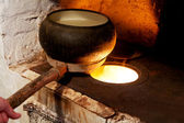 俄罗斯烤箱和旧的铸铁锅 — 图库照片