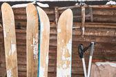 Dos pares de esquís amplia — Foto de Stock