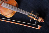 Fiddle pegbox and bow on black velvet — Stock Photo