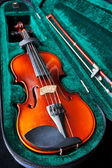 Fiddle with bow in green velvet box — Stock Photo