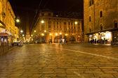 Weergave van via rizolli en toren in bologna's nachts — Stockfoto