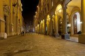 通过在博洛尼亚,意大利在夜间 altabella — 图库照片