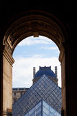 Arch and glass pyramid of Louvre, Paris — Stock Photo