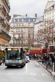 Paris caddesi üzerinde kentsel otobüs — Stok fotoğraf