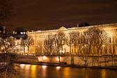 Quai du louvre in Paris at night — Stock Photo